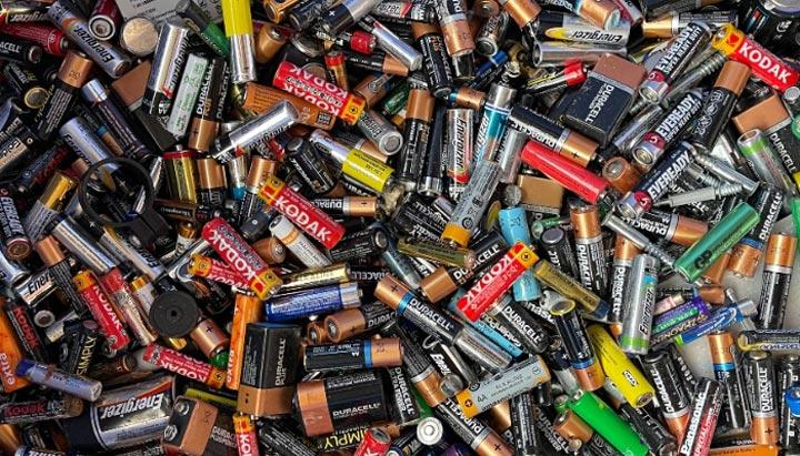 بازیافت نامناسب باتری ها سبب آلودگی آب و هوا می شود.