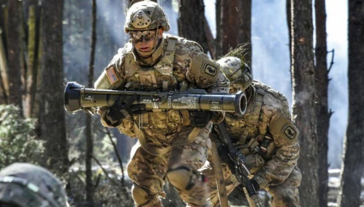 سربازان آمریکایی موظف به حمل بسته های سنگینی هستند؛ به عنوان مثال تجهیزان جنگی استاندارد به تنهایی حدود 43 پوند وزن دارند. به همین دلیل کاهش وزن این ابزار یا استفاده از تکنولوژِی هایی چون پرینت سه بعدی از اهمیت بالایی برخوردار است