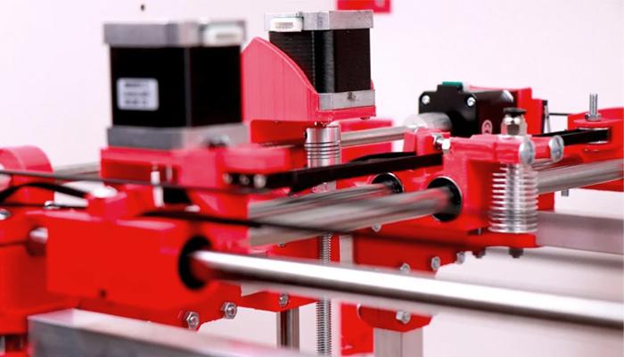 پرینترهای سه بعدی FDM از سه محور برای تعیین مختصات تشکیل شده اند
